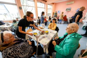 Prin proiectul Servathon, 76 de bătrâni din Timișoara au primit o masă caldă
